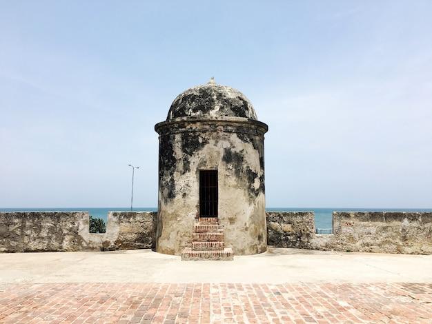Ragen sie in die historische mitte von cartagena, kolumbien hoch.
