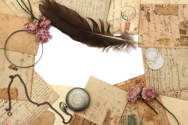 Rahmen aus alter uhr, postkarten, fotografien und blumen