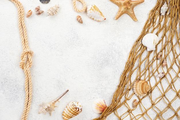 Rahmen aus fischnetz und schalentieren