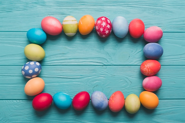 Rahmen aus gefärbten eiern