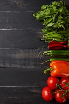 Rahmen aus gemüse basilikum, paprika und chilischoten mit kirschtomaten