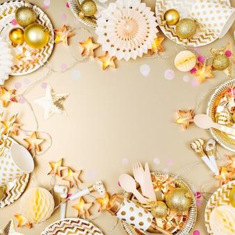 Rahmen aus goldenem partydekorationszeug. flache lage, ansicht von oben