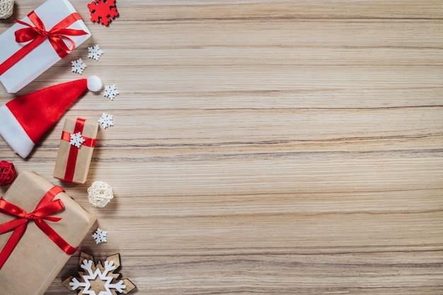 Rahmen aus kiefernspielzeug und geschenkboxen