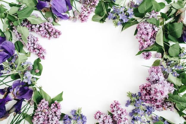 Rahmen aus lila blüten, zweigen, blättern und blütenblättern