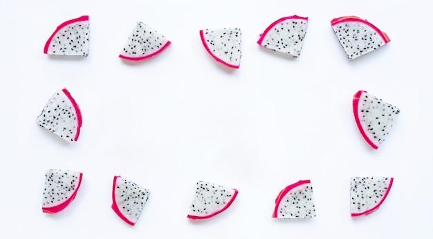 Rahmen aus ragon-frucht, pitaya-scheiben isoliert auf weißem hintergrund.