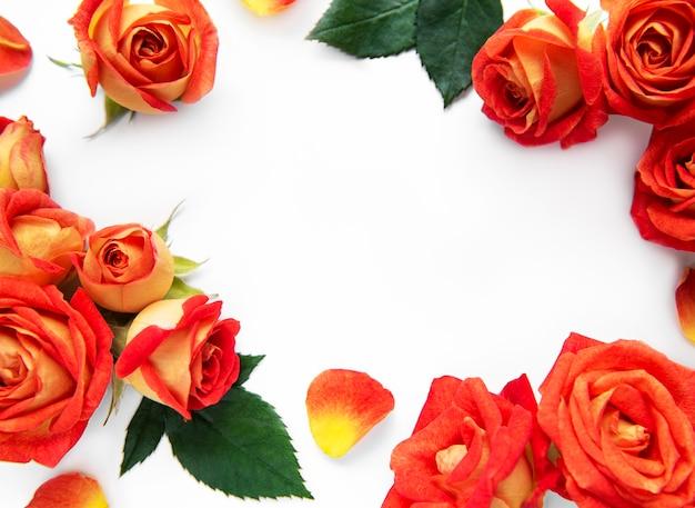 Rahmen aus roten rosen und blättern