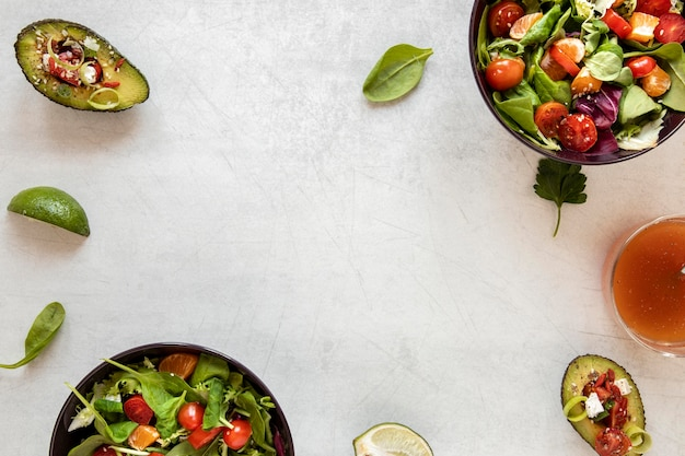 Rahmen aus salat und avocado