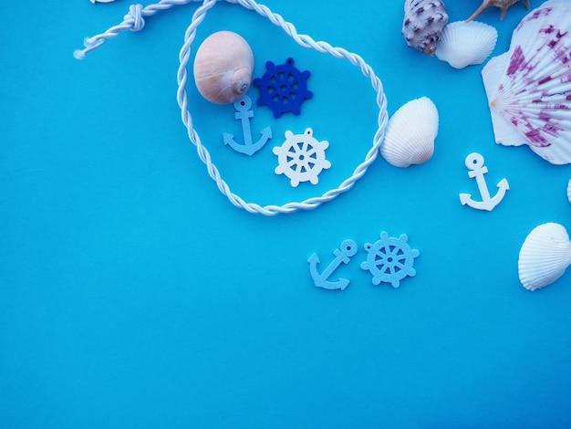Rahmen aus seil mit fischernetz und anker. sommerzeit-seeferienkonzept