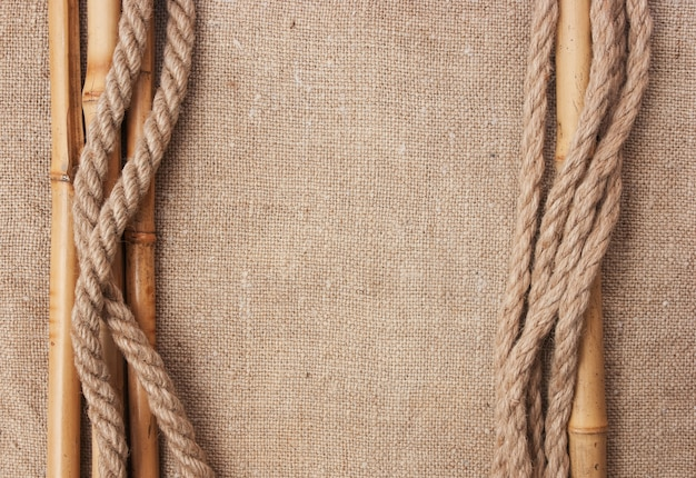 Rahmen aus seilen und bambus mit einer leinwand aus sackleinen