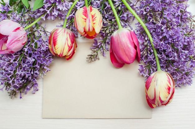 Rahmen aus tulpen und flieder und grußkarte