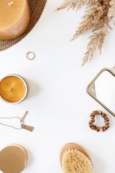 Rahmen aus weiblicher bijouterie und lifestyle-produkten der schönheitsmode auf weiß
