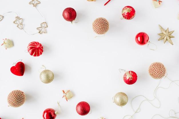 Rahmen aus weihnachtsdekoration mit weihnachtsglaskugeln, lametta, schleife.