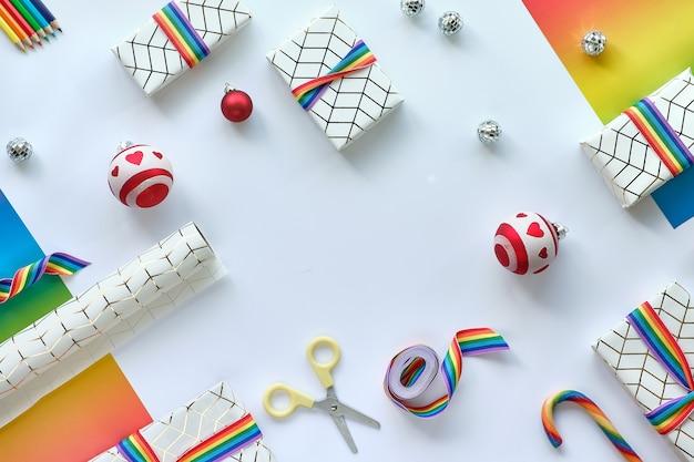Rahmen aus weihnachtsgeschenken mit regenbogenband in lgbtq-gemeinschaftsflaggenfarben.