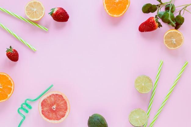 Rahmen aus zitrusfrüchten und erdbeeren
