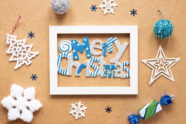 Rahmen der frohen weihnachten mit dekorationen