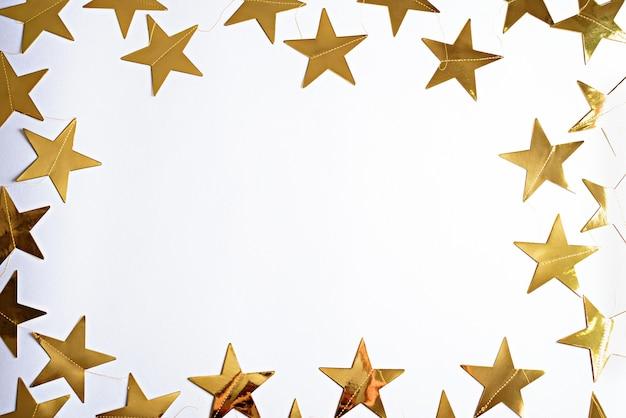 Rahmen der goldenen sterne, weihnachtskomposition, flache lage, kopierraum