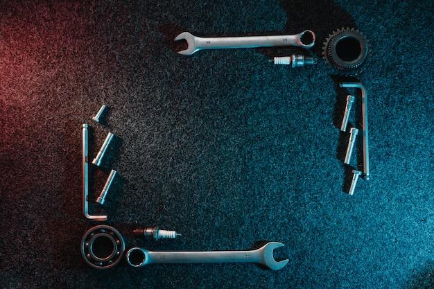 Rahmen der lager, schraubenschlüssel, bolzen auf dunkel