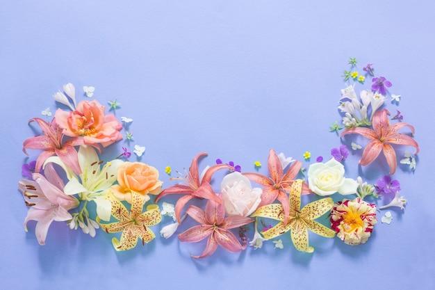 Rahmen der schönen gartenblumen auf papierhintergrund