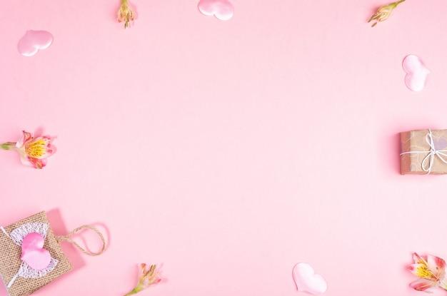 Rahmen der weidenhandtasche, geschenkbox, rosa herzen, alstroemeria blumen. festliche gestaltung des valentinstags.