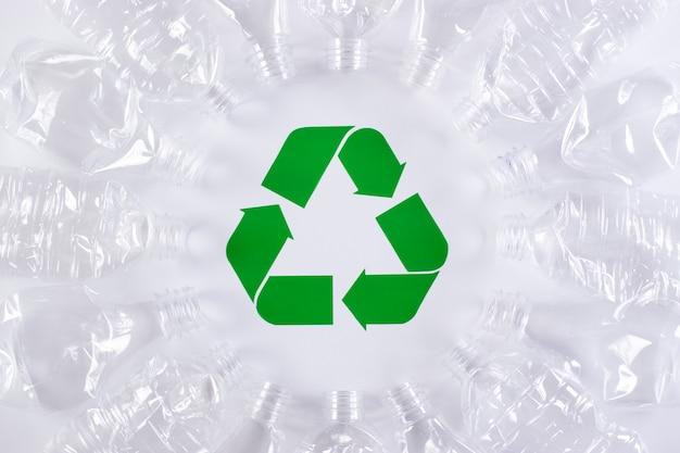 Rahmen des gebrauchten plastikflaschenhintergrundes mit recyclingzeichen