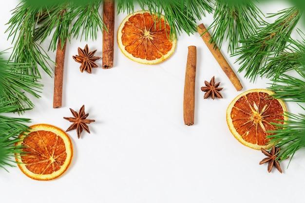 Rahmen für neujahr weihnachtsthema. weihnachtsdekoration. gewürze für glühwein. flache lage, draufsicht, copyspace.