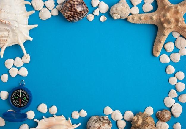 Rahmen in einem marinestil auf einem blauen hintergrund