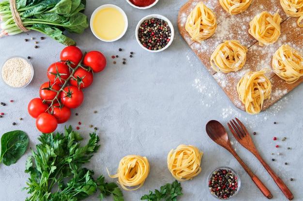 Rahmen italienisches essen und nudelzutaten