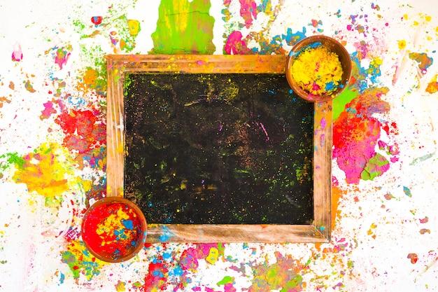 Rahmen mit farben in schalen zwischen hellen, trockenen farben