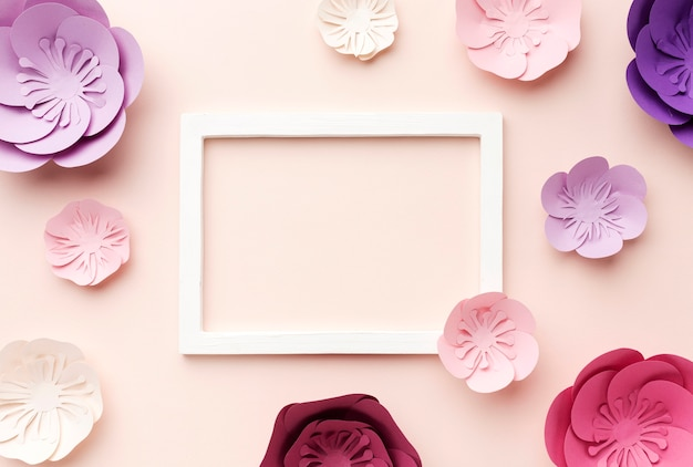 Rahmen mit floralen papierornamenten