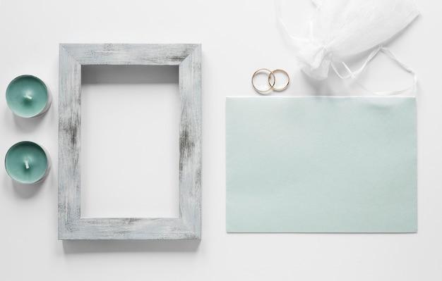 Rahmen mit hochzeitskarte auf tisch