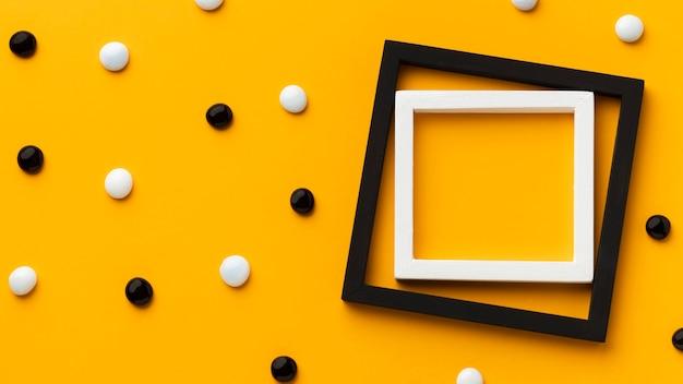 Rahmen mit kieselsteinen und gelbem hintergrund