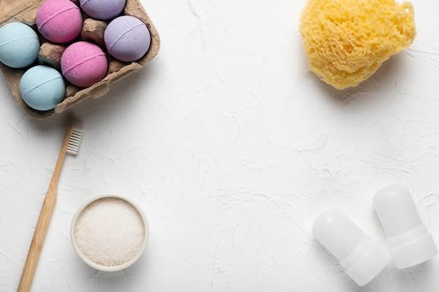 Rahmen mit kosmetischen produkten und werkzeugen