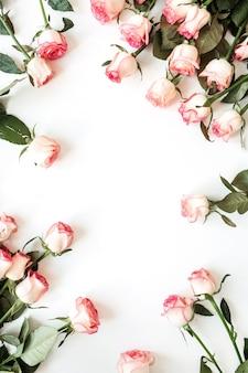 Rahmen mit leerem kopierraummodell aus rosa rosenblüten auf weiß