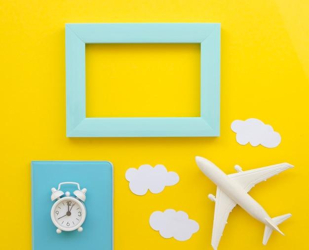 Rahmen mit reisepass und flugzeug