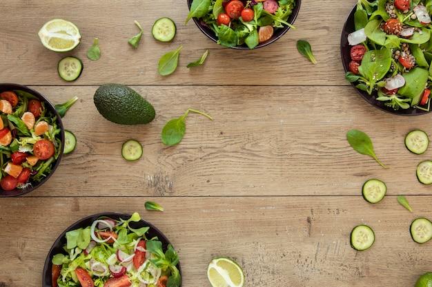 Rahmen mit teller mit salat