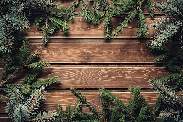 Rahmen vom zweig des weihnachtsbaumes auf altem holz