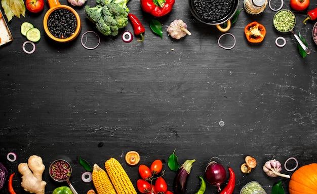 Rahmen von bio-lebensmitteln. frisches rohes gemüse mit schwarzen bohnen.