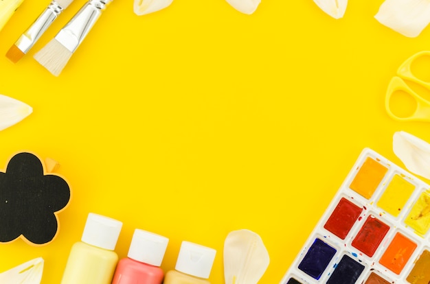 Rahmen von farben mit pinseln auf dem tisch