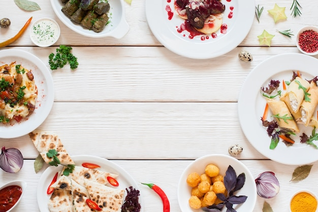 Rahmen von leckeren snacks auf weißem tisch flach liegen. draufsicht auf eine auswahl an leckeren frühstücksgerichten