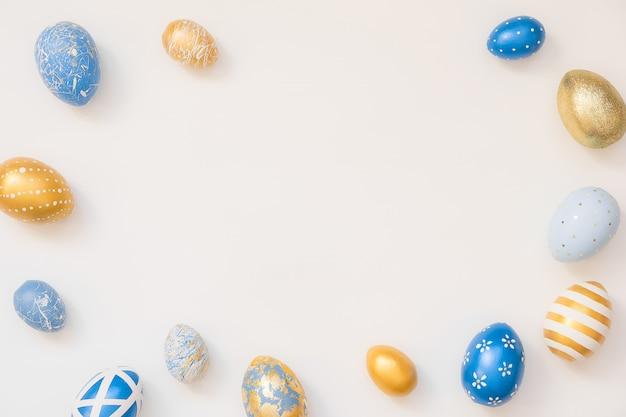 Rahmen von ostern verzierten eiern lokalisiert auf weißer oberfläche.