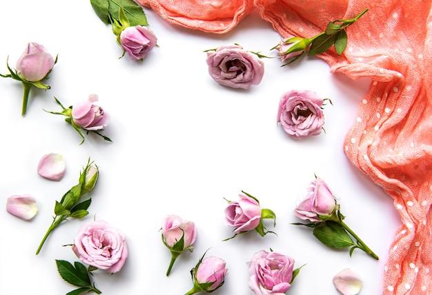 Rahmen von rosen auf weißem hintergrund. flach liegen.