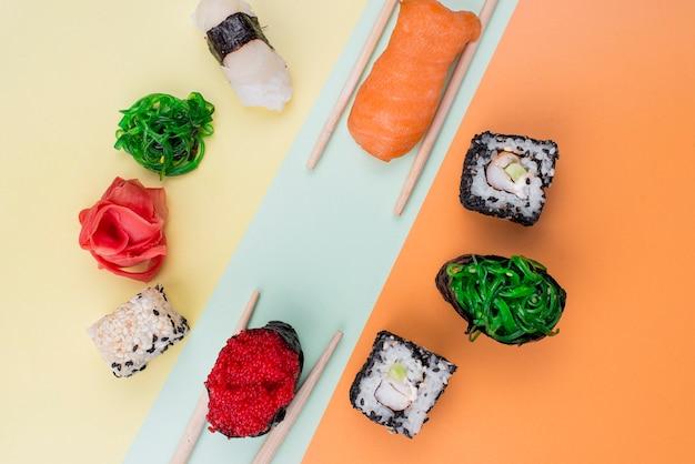 Rahmen von sushi mit stäbchen auf dem tisch