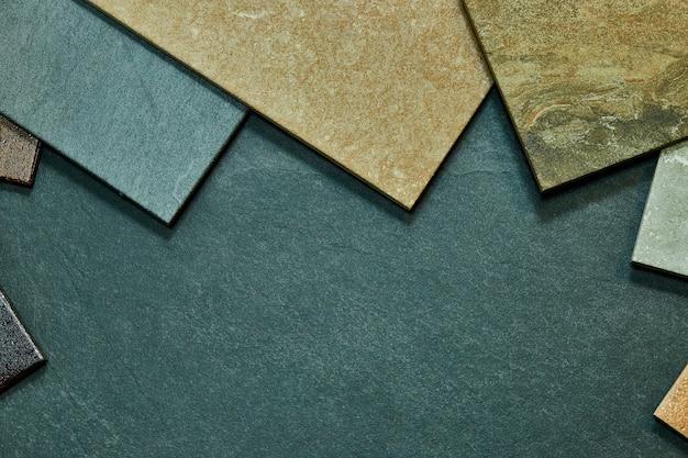 Rahmen von verschiedenen verschiedenen dekorativen fliesenproben auf steinhintergrund.