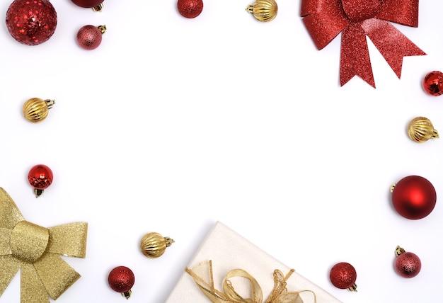 Rahmen von weihnachtsartikeln auf weiß