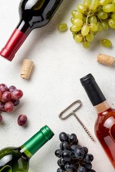 Rahmen von weinflaschen und trauben