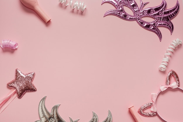 Rahmenanordnung von den masken und von den rosa gegenständen
