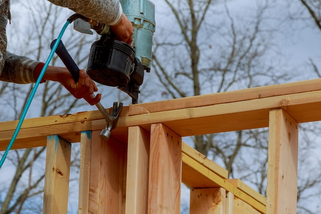 Rahmenbauunternehmer gestalten mit nagelpistole
