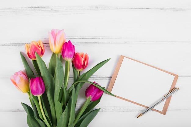 Rahmenbuchstabe nahe blumenstrauß der tulpen