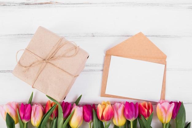 Rahmenbuchstabe und geschenkbox mit tulpe
