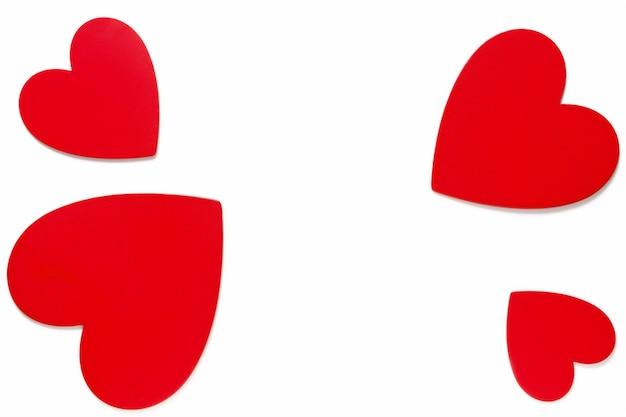 Rahmenliebesymbole am valentinstag 14. februar, rot gemalte herzen auf weißer hintergrundoberansicht